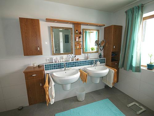 Altholz b der altholz bad und badm bel als wellnessoase for Badeinrichtung waschbecken